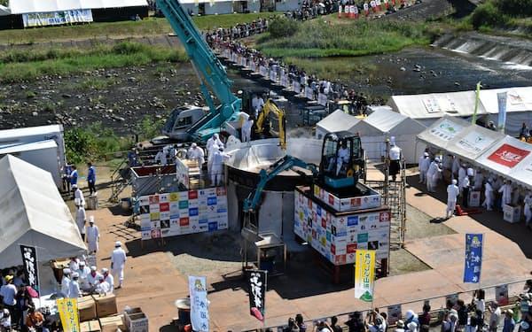 直径6.5メートルの大鍋を使い重機で作る「日本一の芋煮会フェスティバル」(2018年の第30回大会)