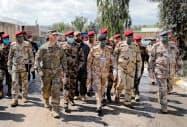 イラク軍に基地施設を受け渡す米軍兵士ら=(3月、イラク北部)ロイター