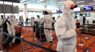 チャンギ空港からインドへ帰国する船員(12日)