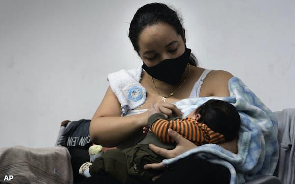 WHOは感染したかその疑いのある母親は授乳時にマスクを着用するよう呼びかけている=AP