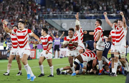 台風の影響を受けながら何とか開催したスコットランド戦で勝利、8強入りを決めて喜ぶ日本フィフティーン=共同