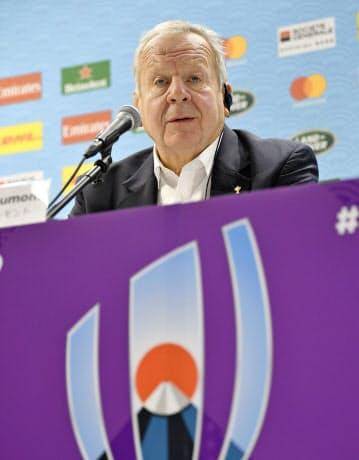 W杯日本大会を終え、記者会見するワールドラグビーのビル・ボーモント会長=共同