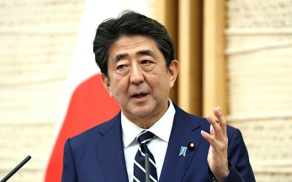5月25日に緊急事態宣言の全面解除を決め、記者会見に臨む首相