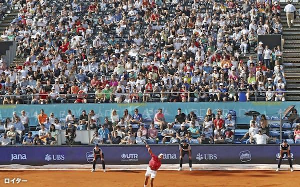 大勢の観客の前でボールを打つノバク・ジョコビッチ(ベオグラード)=ロイター
