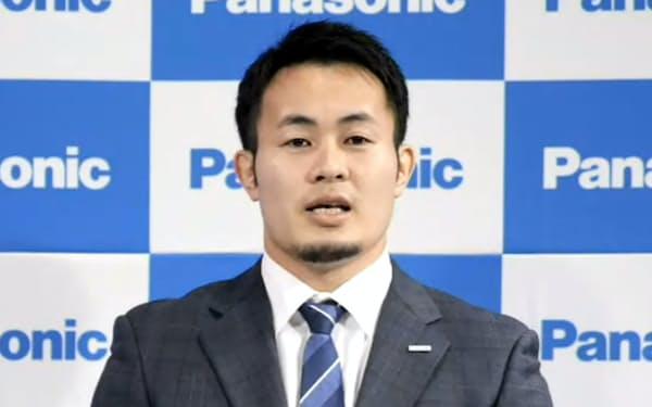 オンラインで記者会見する福岡(14日)