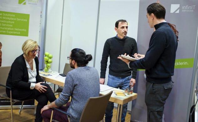 ドイツでは難民の実習生が就職先を見つけるのが難しくなっている(同国で開かれた難民向けの職業紹介フェア)=AP