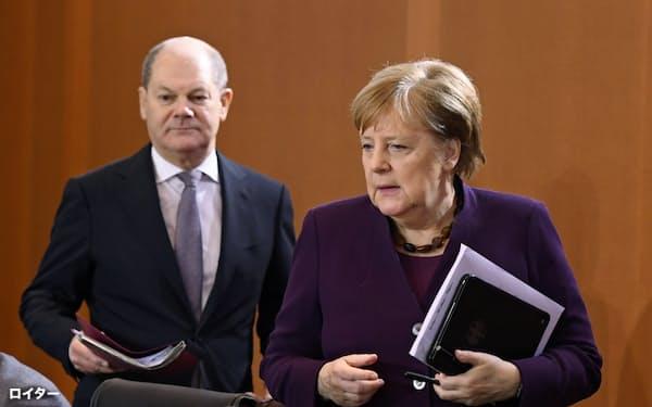 ドイツのメルケル首相(右)が欧州復興基金創設の提案や3日に発表した大規模な刺激策を決めた背景にはショルツ財務相による説得が大きく影響しているという=ロイター
