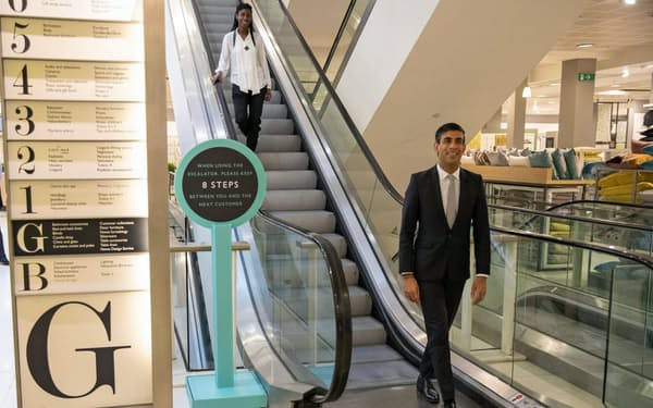 ロンドンの百貨店「ジョン・ルイス」を視察するスナク財務相(10日、英政府提供)