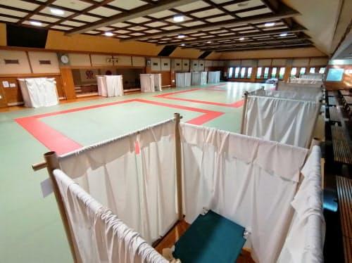 感染予防のために間仕切りカーテンを導入する自治体もある(県立武道館)