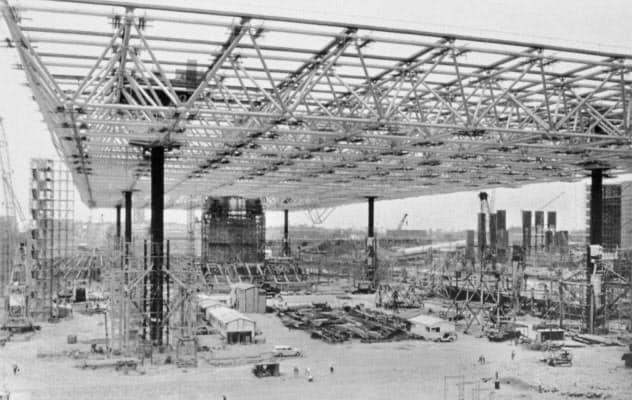 大屋根は地上で組み立てられた後、高さ30メートルまで持ち上げられた