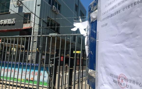 住宅地の出入り口をふさぐ柵がまた出現した(北京市豊台区)