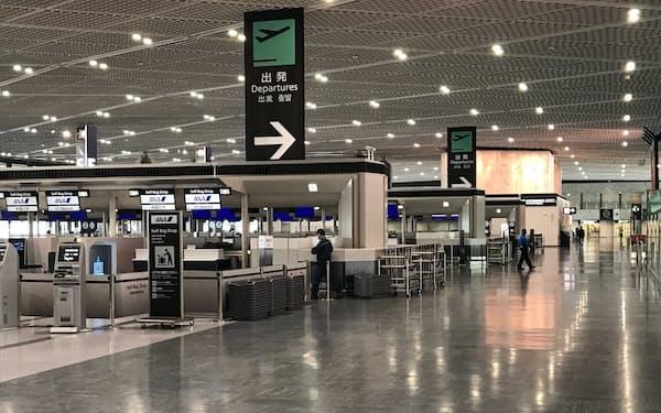 訪日客が激減し、成田空港内は閑散とした状態が続く。