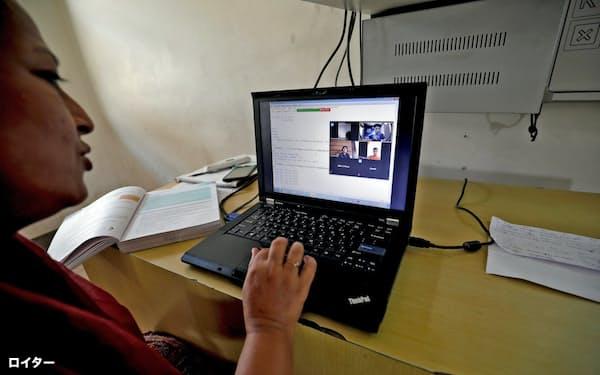 休校措置に伴いオンラインで授業をする教師(インド、グジャラート州)=ロイター