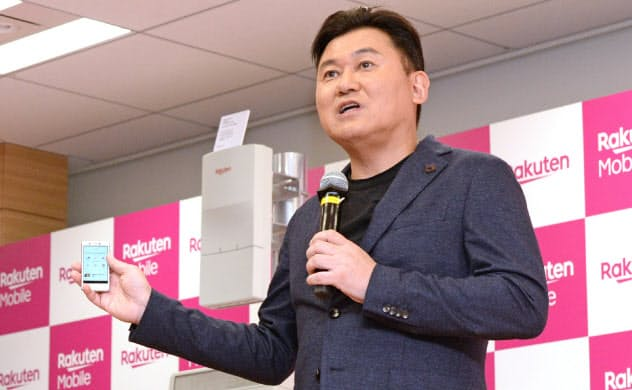 携帯事業への信頼が揺らいでいる(自社の小型スマホ「楽天ミニ」を発表する三木谷氏、19年)
