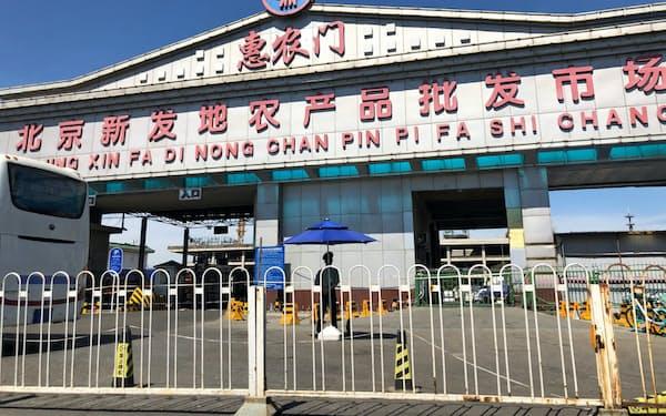 封鎖された北京市の新発地卸売市場は人民武装警察部隊の監視のもと厳戒態勢に置かれていた(15日、北京市)