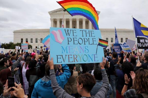 米連邦最高裁は職場でのLGBT差別は違法とする判断を下した(2019年10月の最高裁前でのデモ)=ロイター