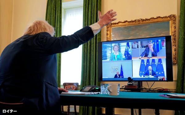 15日、ロンドンの英首相官邸でEUのフォンデアライエン欧州委員長(画面の左上)らと協議するジョンソン英首相(背中)=英首相官邸提供・ロイター