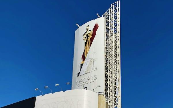 新型コロナの影響で、21年の「アカデミー賞」の授賞式は約2カ月延期する(写真は20年の授賞式の告知、米ハリウッド)