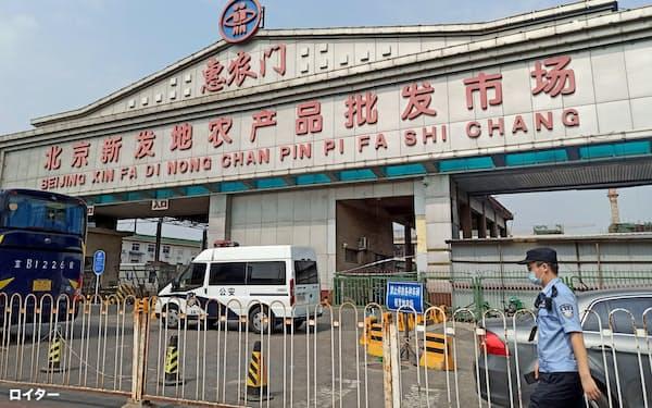 集団感染が発生した食品卸売市場は封鎖された(中国・北京市)=ロイター