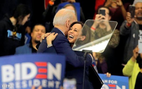 バイデン氏と抱き合うハリス上院議員(3月、米ミシガン州の集会)=ロイター