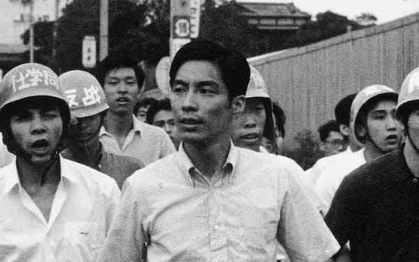 左翼学生らを率いる藤本敏夫さん。ヘルメットをかぶらないのが流儀だったという