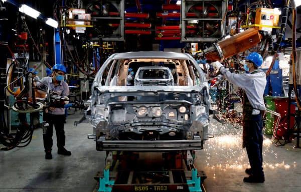 アジアには自動車の関連工場が多く立地している(ベトナム)=ロイター