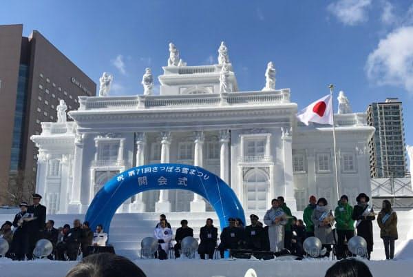 大雪像はさっぽろ雪まつりの象徴的存在だ(2月4日、札幌市)