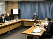 初会合に出席する大野知事(右から2人目)ら(16日、埼玉県庁)