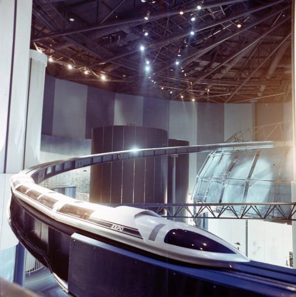 未来の技術としてリニアモーターカーの模型を日本館で展示