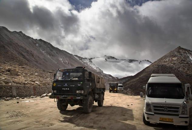 ラダック地方を通行するインド軍のトラック(2018年9月)=AP