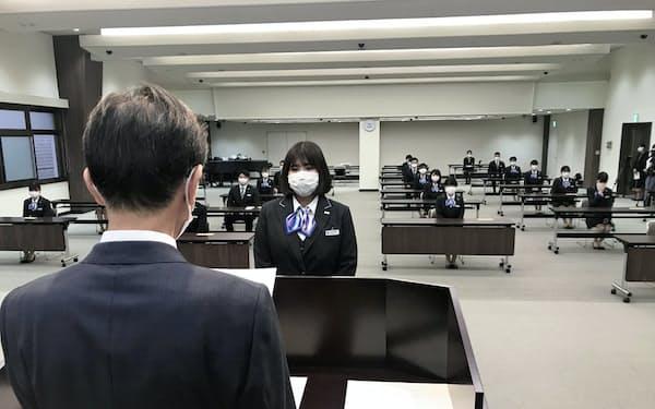 マスクを着用し間隔を空けるなどして4月1日に開催した高知銀行の入行式(高知市の本店)