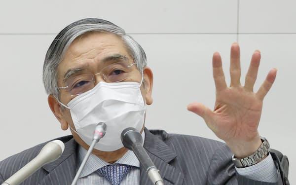 金融政策決定会合を終え、記者会見する日銀の黒田総裁(16日、日銀本店)=代表撮影