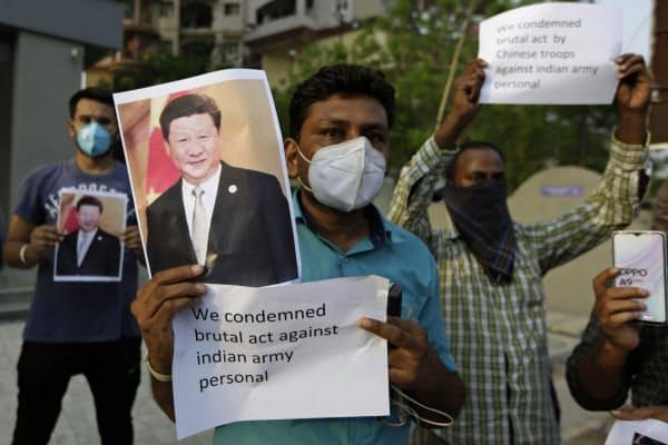 中国との衝突でインド軍の死者が出たことを抗議する人たち(16日、インド)=AP