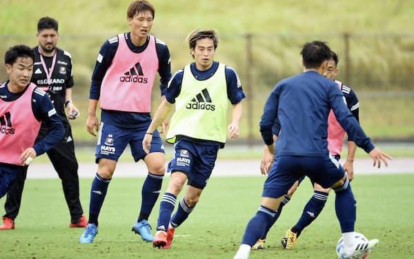 調整する横浜Mの選手たち。リーグ再開初戦の相手は浦和に決まった(横浜M提供)=共同