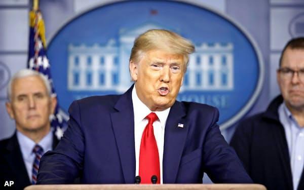 3月22日、米ホワイトハウスで新型コロナウイルス対策について記者会見するトランプ大統領=AP