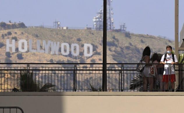 ハリウッドはネットフリックスやアマゾン・ドット・コムといった資金力の豊富な動画配信サービスへの依存を強めるとの観測が広がっている=AP