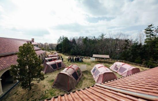 キャンパス内でテントを設置し教室外での教育に取り組む
