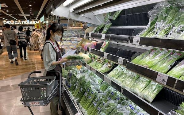 イオン九州は、従業員の配置転換などでネットスーパーの配送可能件数を引き上げた(福岡市の店舗)