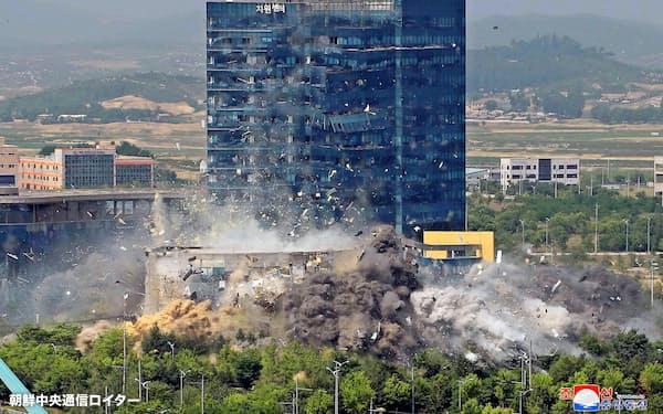 爆破される北朝鮮・開城の南北共同連絡事務所=朝鮮中央通信ロイター