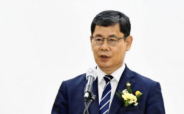 5月、ソウルで開かれた北朝鮮支援団体の会合で発言する韓国の金錬鉄統一相=共同