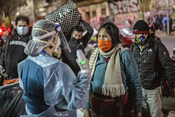 チリでは新型コロナ感染の再拡大が深刻になっている(3日、サンティアゴ)=AP
