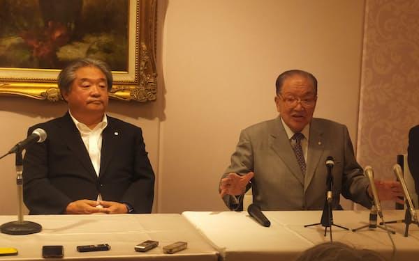 退任を発表後、記者会見に臨む横浜港運協会の藤木幸夫会長(右)(17日、横浜市)