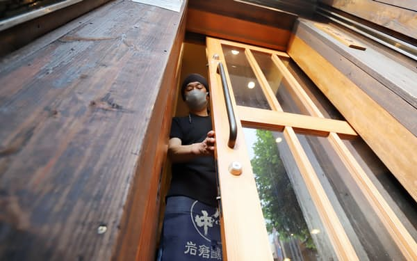 もつ鍋店は換気のため入り口の扉を少しだけ開ける(17日、名古屋市中区)