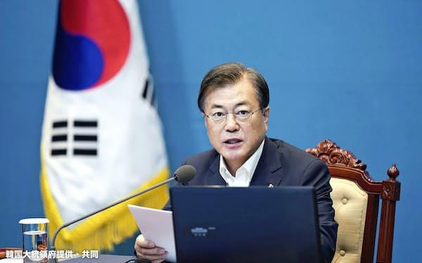 韓国の文大統領は南北融和を最大の成果と訴えてきた(15日、ソウル)=韓国大統領府提供・共同