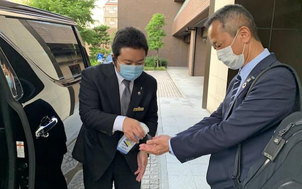 通勤専用シャトル「ニアミーコミュート」では、乗車の際の手指消毒や降車後の車内消毒などを徹底する