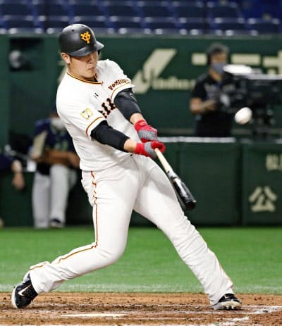 巨人の岡本には3年連続30本塁打の期待がかかる=共同
