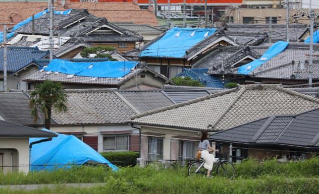 屋根がブルーシートで覆われた家屋(2018年6月、大阪府高槻市)