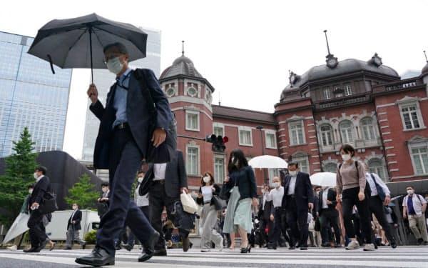 緊急事態宣言が解除され、通勤する人々が増えてきた(6月、東京・丸の内)