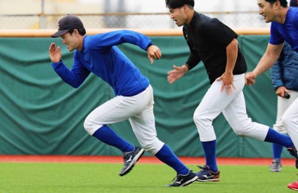 練習する西部ガス硬式野球部の井手隼斗主将(左)(福岡市)