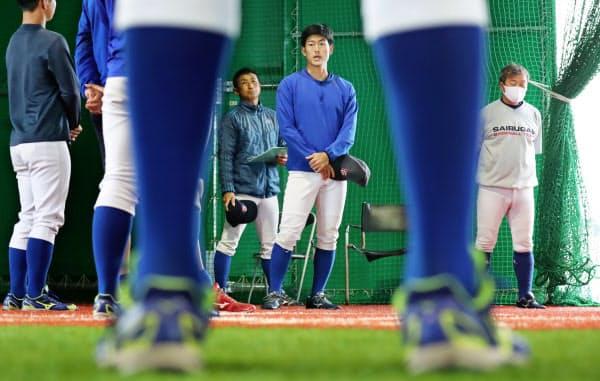 練習前のミーティングで話す西部ガス硬式野球部の井手隼斗主将(右から2人目)=福岡市